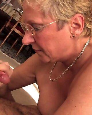 Bionda nonna si fa scopare