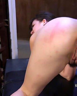 Pelosa figa schiavo caned and fucked